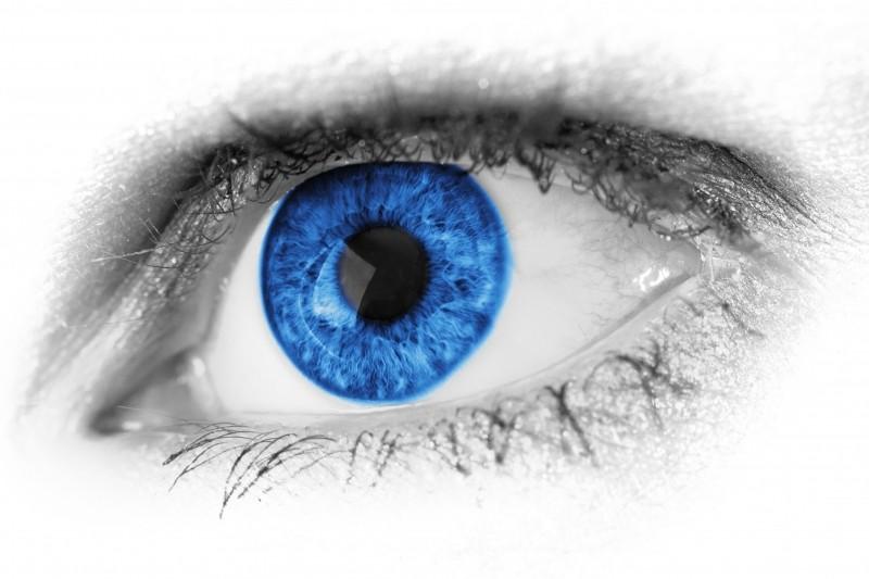 Ojo azul sobre fondo en blanco y negro