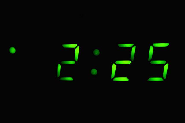 Reloj marcando la madrugada con insomnio