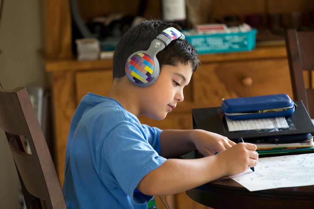 Niño con TDAH y TDA haciendo deberes