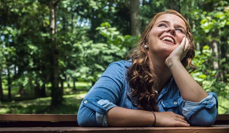 Joven sonriendo gracias a la neuropsicología