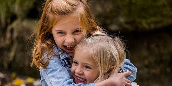 Niños felices abrazándose gracias a la neuropsicología