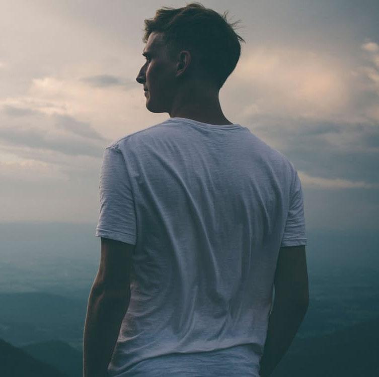 Hombre pensando en la montaña; neuroeducación para profesionales