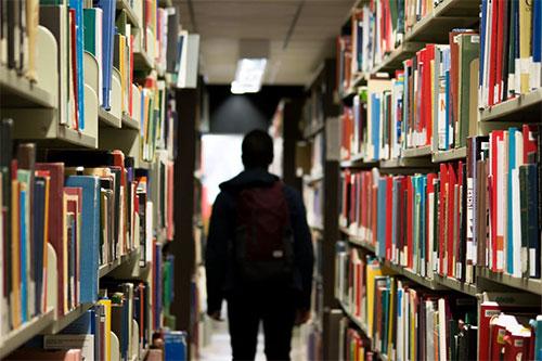Pasillo de una biblioteca; neuroeducación para profesores